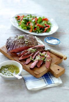 Flankstek är utmärkt kött att grilla, och serveras med syrlig och chilihet dressing.