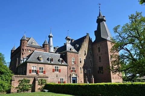 Kasteel Doorwerth in Gelderland, Fonteinallee 2b , 6865 ND Doorwerth. Met 3 musea en wandelroutes bij het kasteel. Het kasteelmuseum met fraai ingerichte vertrekken en de nationale bosbouwcollectie, het museum Veluwezoom en het Nederlands Jachtmuseum.