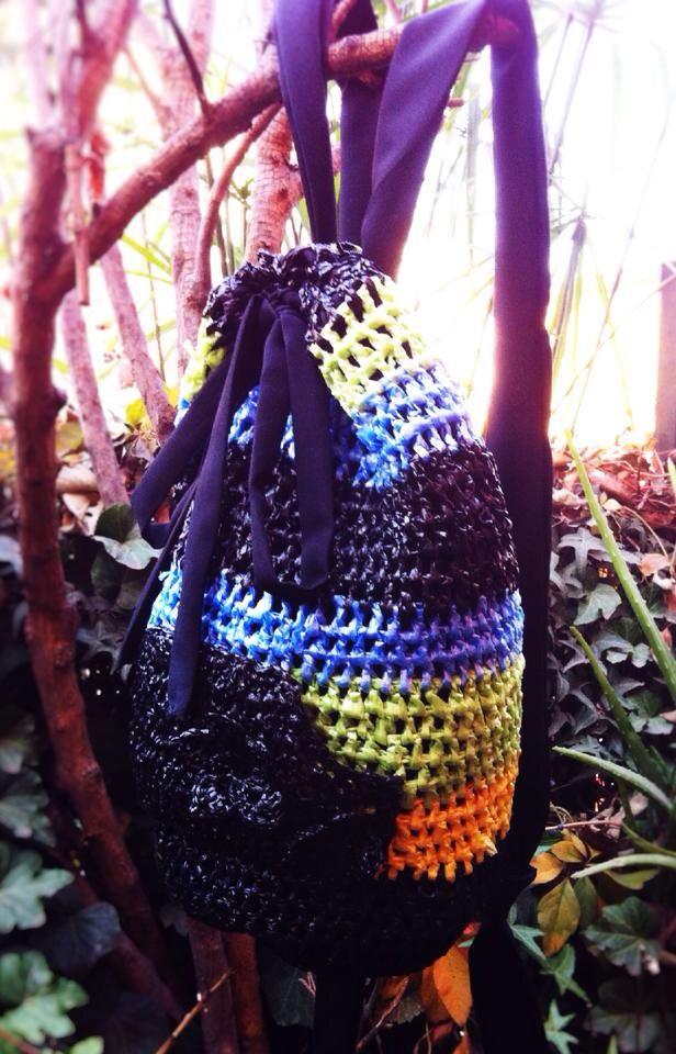 Mochilita tejida de bolsas