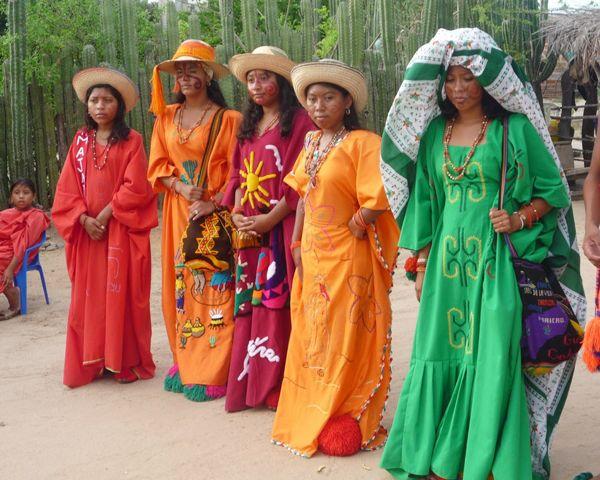 Colombia-La Guajira-Guajiras Colombianas en Traje Tradicional
