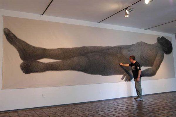 Renato Valle apresenta desenhos com técnica em grafite e utiliza a fotografia como referência. Algumas imagens ampliadas estão na mostra que o pernambucano traz para Natal, na Galeria Newton Navarro, da Funcarte. A técnica é explorada pelo artista desde o início dos anos 2000