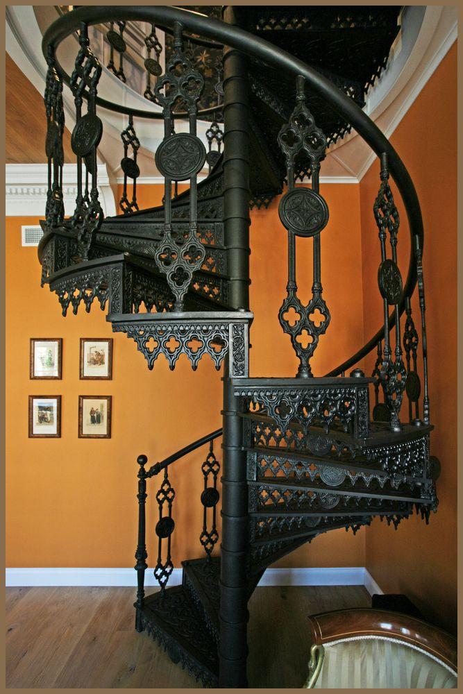 Винтовая литая чугунная лестница