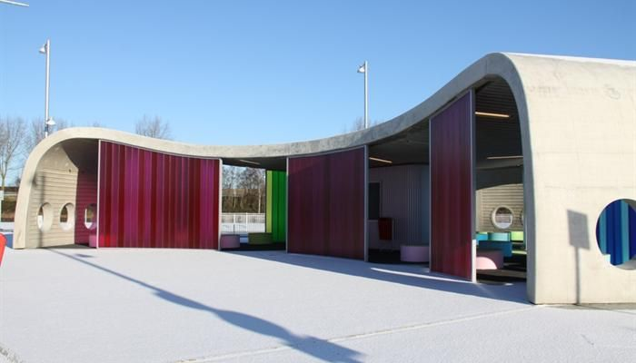 The Transferium in Hoogkerk, The Netherlands. A new modern bus shelter has been created with profiled glass covered with a film in six colors corresponding with the bus companies. The Pilkington Profilit™ K25/60/7 Wired with 16 wires inlay was applied to provide additional safety.