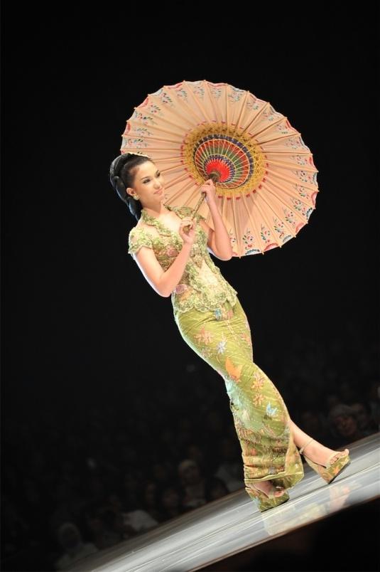Anne Avantie Kebaya. cantik sekali warna dan desainnya
