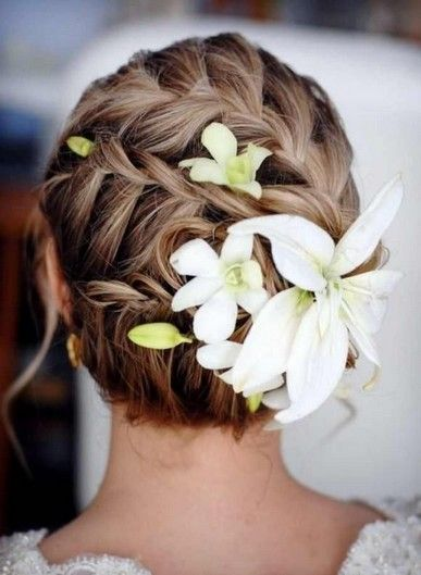 5 Fantastic Beach Wedding Hairstyles with Flower Decorations - Pretty Designs