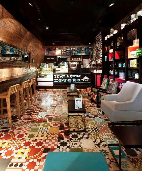 O piso de ladrilho hidráulico deu personalidade à esse Café Bar❕