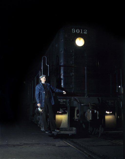 Fotografía de un trabajador del ferrocarril durante la época de la segunda guerra mundial. Está tan impresionantemente conservada que parece actual. #historia