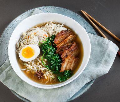 Ramen med knaprigt fläsk och kokt ägg. Ramennudlar är långa och tunna och behåller sin fina fasthet och smak i en varm buljong.