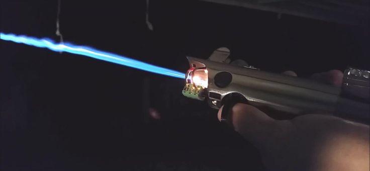 Un ingegnere costruisce una spada laser fai da te il video