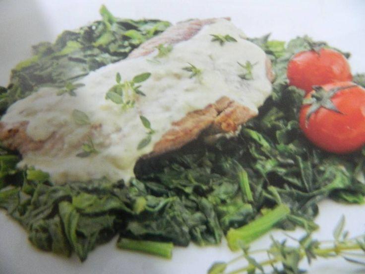 Hazırlama süresi: 30 dakika Pişirme süresi: 30 dakika Ispanaklı bonfile tarifi Malzemeler  3 parça bonfile 80 gram kaşar peyniri 2 çorba kaşığı zeytinyağı 1 su abrdağı krema Tuz 1 kg ıspanak Karabiber 3 yemek kaşığı zeytinyağı 7 kiraz domates ( yoksa normal domates2-3 adet) Taze kekik  Ispanaklı bonfile nasıl yapılır Yapılışı  Ispanakları bol suda yıkayıp saplarını koparalım. Daha sonra ıspanakları ince ince kıyalım. Bir tavada 3 yemek kaşığı zeytinyağını kızdıralım. Kızgın yağda ıspanakları…