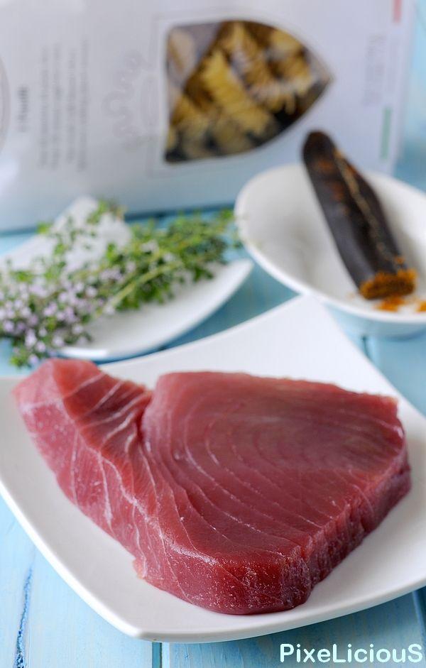 """Per le genti del Mediterraneo, tonno è sinonimo del pregiato Tonno Rosso, il principe dei mari, il sultano della tavola mediterranea, fonte di cibo e sostentamento di molti suoi abitanti per millenni. Il Tonno Rosso – Thunnus thynnus, Linneo 1748, """"bluefin"""" in inglese, cioè """"pinna blu"""", è il maestoso corridore dei mari che spazia per …"""