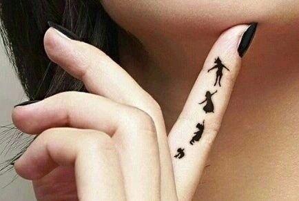 ClioMakeUp-tatuaggi-disney-piccoli-minimal-grandi-peter-pan-tattoo-finger
