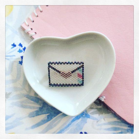 Broche love letters faite en perle miyuki grâce au tissage peyote Elles seront ideales pour les mamans qui sont trop loin de chez nous , que