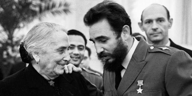 Dolores Ibárruri con Fidel Castro en 1964 en Moscú.                                                                                                                                                                                 Más