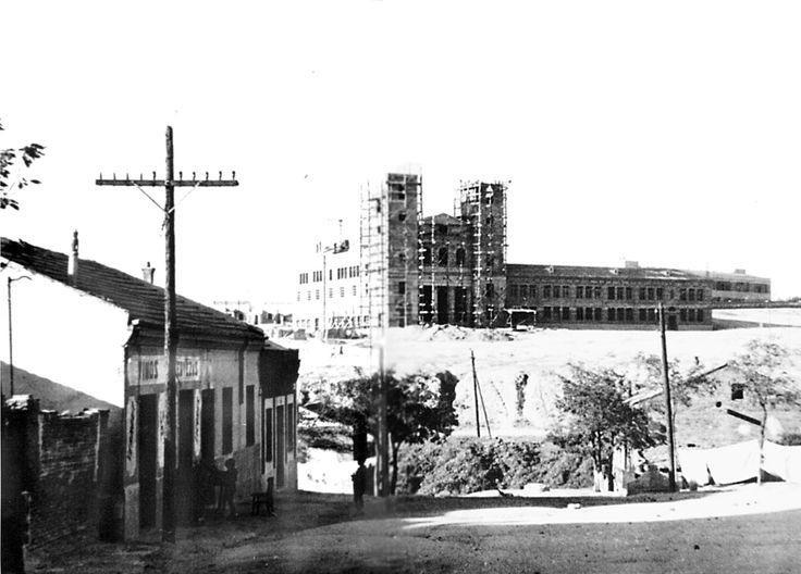 """Construcción del colegio """"Casita de la Virgen"""" en el Cerro del Buen Aire, en el barrio de San Pascual. Foto de principios de los 50."""