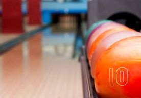 13-May-2013 5:26 - VROUW ZWAARGEWOND NA AANVAL MET BOWLINGBAL. De politie in Almere heeft dit weekeinde een 21-jarige man aangehouden vanwege het mishandelen van een vrouw met een bowlingbal. Het incident…...