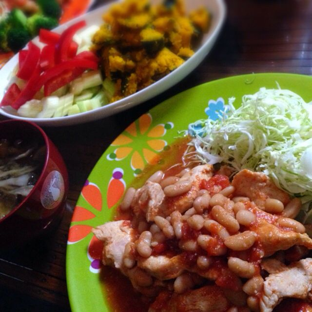 チキンと白インゲン豆のトマト煮、まいたけのお味噌汁、サラダなどなど