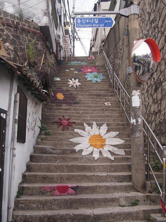 Escadaria em Seul na Coreia do Sul como parte do Projeto Arte Naksan.