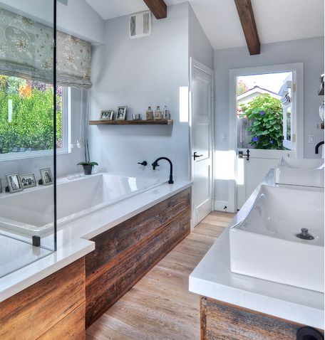 Salle de bain avec panneau de bois