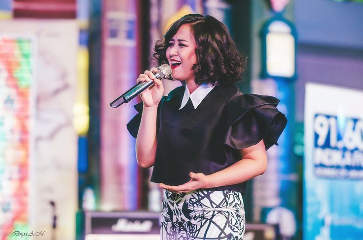 AMI Award-nominated singer @astridbasjar opted for simple-but-chic monochrome outfits from @livensluna by melody utomo for her performance at @summareconmalbekasi on December 19, 2015.  : livensluna@gmail.com Instagram : @Livensluna