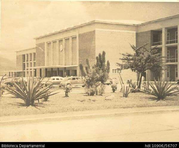 imagen inédita de la  estación del ferrocarril . Años 60s . #CALI.