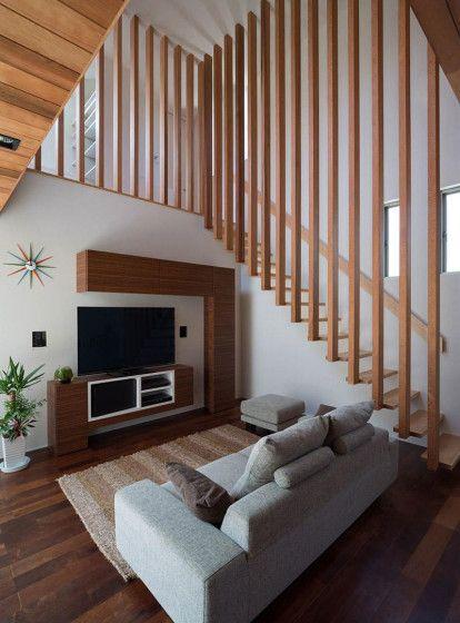 moderna casa de dos plantas con fachada de madera e interiores que pueden