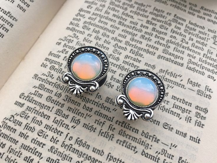 Tropfenförmige Fassung mit einem kleinen schimmernden Mondstein Größe: 8mm - 20mm Du bekommst 2 Plugs, straight mit Gummiringverschluss oder double flared _____________________________________________________ Teadrop Rainbow moonstone Plugs with silver setting Size: 8mm - 20mm You will get 2 Plugs, straight with O-Rings or double flared