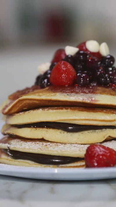 Tefi nos trae una receta ideal para desayunar: Panqueques Americanos con Frutos Rojos y Salsa de Chocolate. Esponjosos o crocantes, dulces o salados, ¡en todas sus formas van a ser deliciosos!