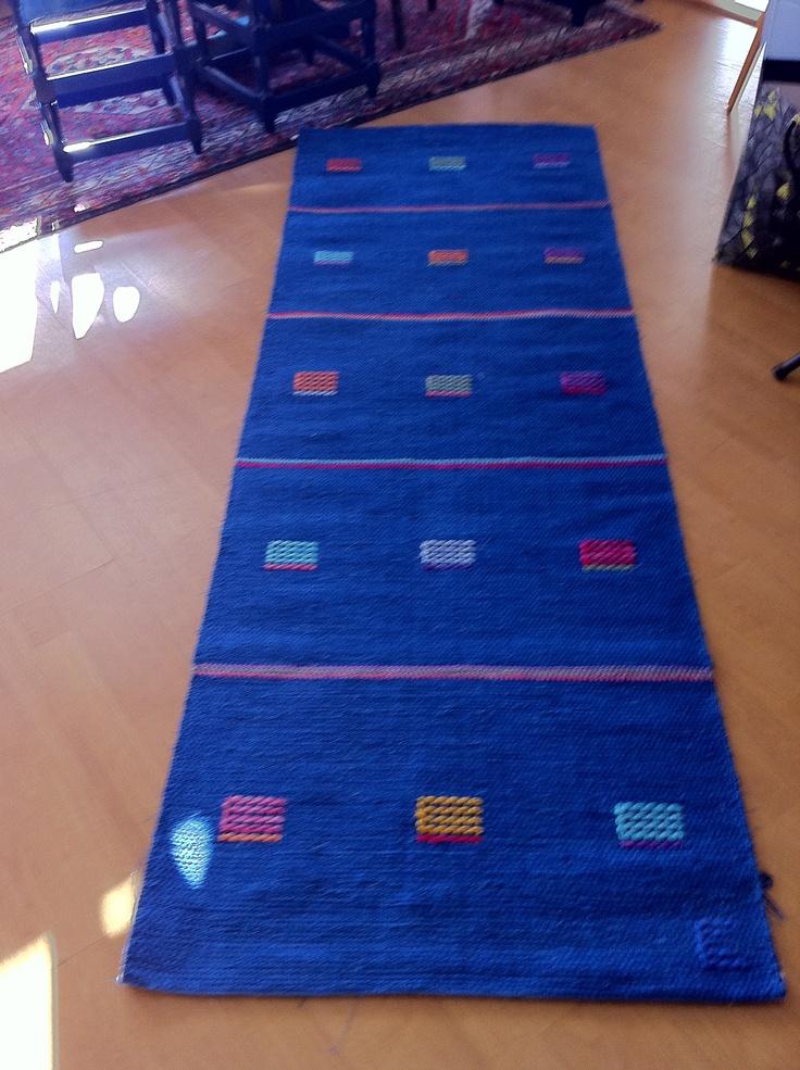 En turkosblå matta med rutor i varierande färger. 2,5 m