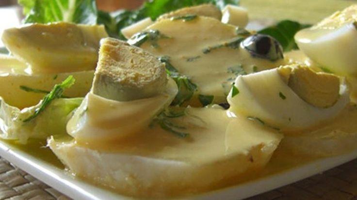 """Es uno de los platos típicos más delicioso de la gastronomía peruana. Su salsa como la papa también es utilizada para acompañar camarones a la parrilla, ceviche, pollo y hasta pastas.  Se llama """"Papa a la huancaína"""" porque proviene de la ciudad de Huancayo, Perú. Del origen de su nombre se ha dicho mucho. Lo cierto es que su sabor ha dado la vuelta al mundo para orgullo de todos los peruanos y ahora llega a tu mesa, para que la disfrutes. Inicialmente se preparaba a base de rocoto, pero fue…"""