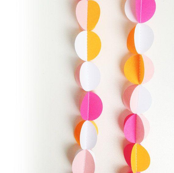 Handgemaakte papieren slinger bestaande uit aan elkaar genaaide roze/oranje getinte 3D cirkels   decoratie   feest   verjaardag   by o-k-e-r...