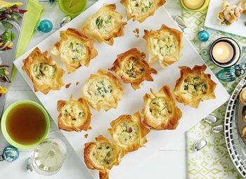 Coşuleţe cu pancetta Gustări delicioase de care sa vor bucura prietenii tăi Rețete cu foi de plăcintă, Anul Nou, Reţete de gustări, petrecere, Italiana, reţete cu pancetta, Rețete de aperitive, Reţete cu ceapă verde, Reţete pentru prieteni, Craciun, Rețete pentru Revelion, Reţete cu parmezan
