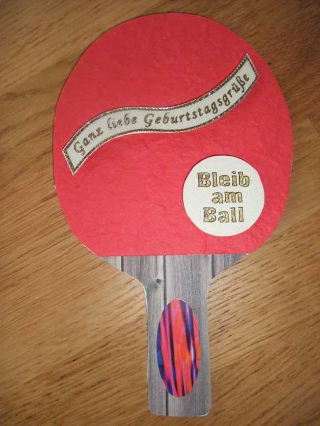 Sie möchten einem Tischtennisspieler/in zum Geburtstag gratulieren und suchen eine passende Karte? Die Karte hat die Form von einem Tischtennisschläger mit rotem und schwarzem Belag und lässt sich...