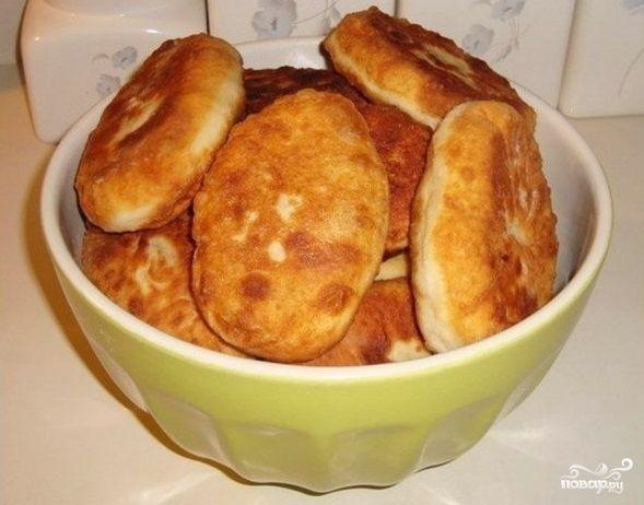 У вас вечером гости? Вы не знаете что приготовить? Сделайте эти чудесные пирожки с картошкой и мясом. Приготовление не отнимет у вас много времени, а насыщенный вкус пирожков непременно всех обрадует…