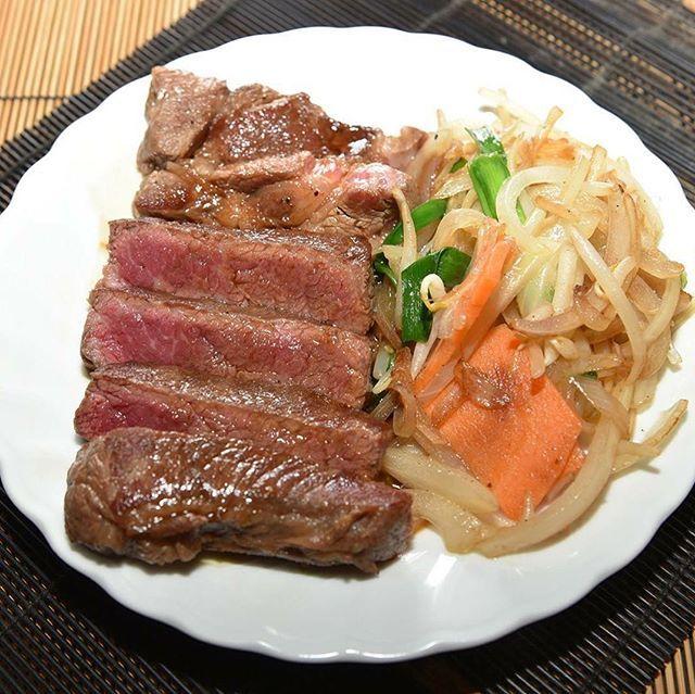 おはようございます!  ちゃん豚と言ったら豚肉は鉄板ですが、牛肉もとっても美味しいんです‼️ 本日のご紹介は「牛肩ロースステーキ」 肩から背中にかけての長いロース肉で、霜ふりの柔らかい赤身肉!ほどよい食感と濃厚な味が特徴です 肉欲そそる絶品ステーキ!ぜひお召し上がりください #ちゃん豚 #肉 #牛肉 #焼肉 #新宿三丁目 #新宿御苑 #新宿 #韓国料理 #厚切り #ビール #女子会 #飲み会 #歓迎会 #送別会 #誕生日会 #半額 #lunch #dinner #kickback #girlskickback #tokyo #shinjuku #ラブキャリア #lovecaree