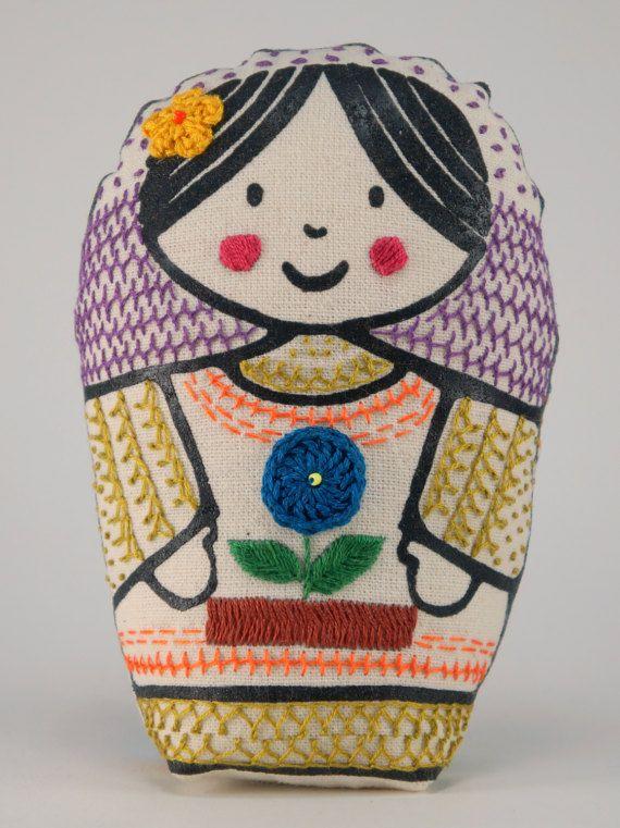 Luna  matrioska de tela impresa y bordada a mano con por Gineceo