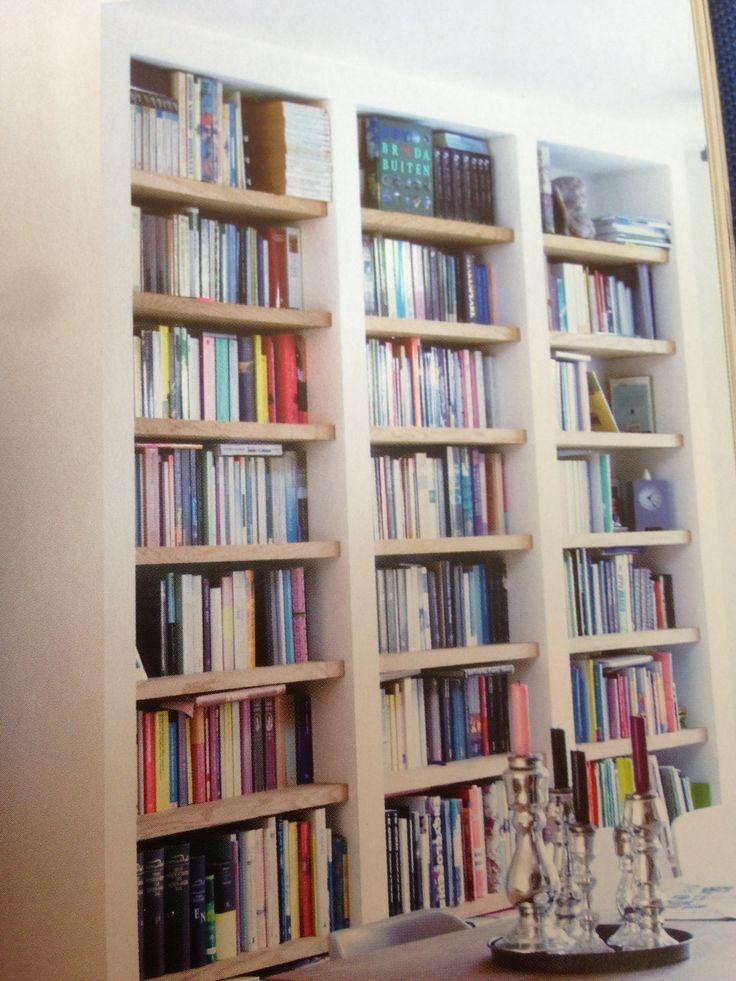 Witte boekenkast met houten planken. Love it.