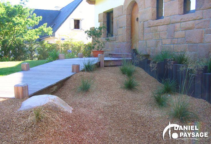 Une entrée mise en valeur par le coté naturel du mouvement donné au sol et par l'originalité du ponton en bois.