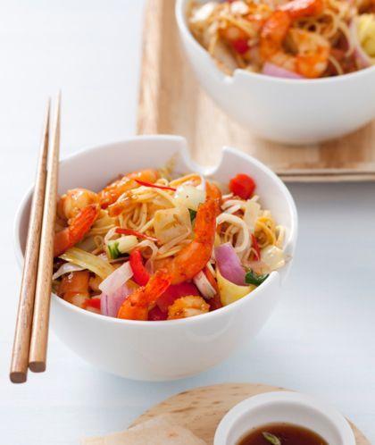 Recept roerbak met mie en garnalen  Boodschappenlijstje -250 g Chinese eiermie -2 el olie -2 cm verse gemberwortel, geschild en fijngesneden -1 rode peper, zaadjes verwijderd en in reepjes -2 tenen knoflook, fijngehakt  -500 g tijgergarnalen (diepvries), ontdooid -1 zak Oosterse wokgroente (400 g) -2-3 el oestersaus -enkele druppels sesamolie