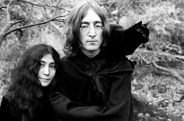19 Iconic Celebrities Photographed With Their Personal Pets / Yoko, John and Black cat