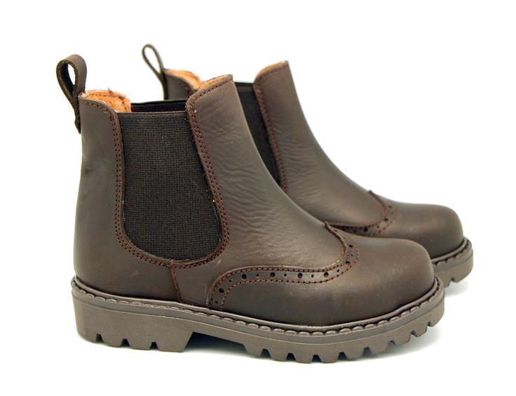 Tienda online de calzado infantil Okaaspain. Calidad al mejor precio fabricado en España. Botín de piel Pull con picados y elástico.