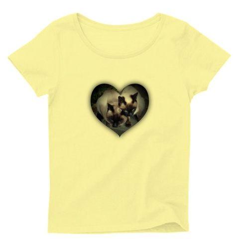 ラブリーシャム夫&シャム子 レディースTシャツ(シャーベットイエロー):シャム猫シャム夫とシャム子のラブラブツーショットです。byち畳工房:ちょっと笑えるパロディとシャム猫がモチーフの商品です
