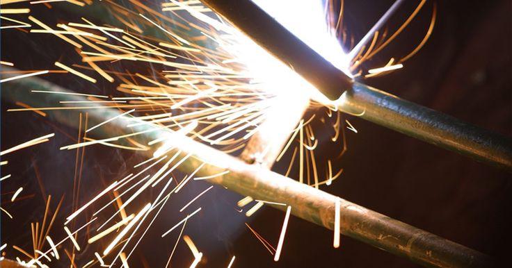 Como abrir o arco quando estiver soldando. A soldagem a arco é bastante utilizada em diversos setores da indústria, por causa da simplicidade e versatilidade dessa técnica. A parte mais difícil para um novo profissional nesse tipo soldagem é aprender como abrir um arco. A boa notícia é que uma vez que se aprende, torna-se algo comum.
