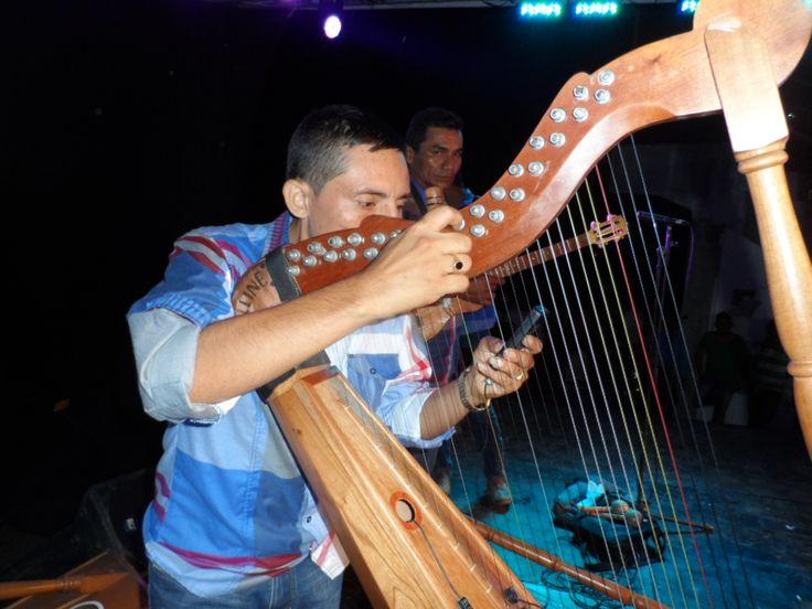 Juan Medina, afinando el arpa en su respectivo tono