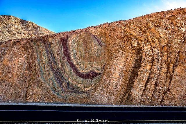 Algunas rocas serio plegadas y falladas en las montañas de Eilat, en el sur de Israel.   Read more at http://www.geologyin.com/2016/09/10-amazing-geological-folds-you-should.html#j66PSHd1aXO0ERhA.99
