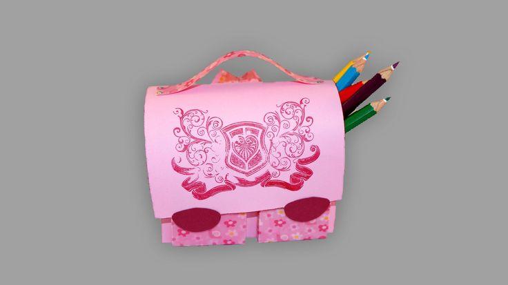 Eine total süße Schultasche aus Papier ist nicht schwer zu basteln und bietet sogar Platz für Buntstifte oder Süßigkeiten. Im Video zeige ich dir, wie du ein...