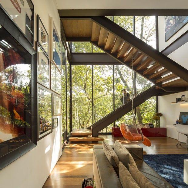 Distribuída por três andares, a construção de 777 m² foi concebida de modo a integrar os interiores à vista. Livre de ornamentos desnecessários, a arquitetura de traçado conciso e atemporal remete ao racionalismo de Mies van der Rohe. #arquitetura #casa #houseinterior