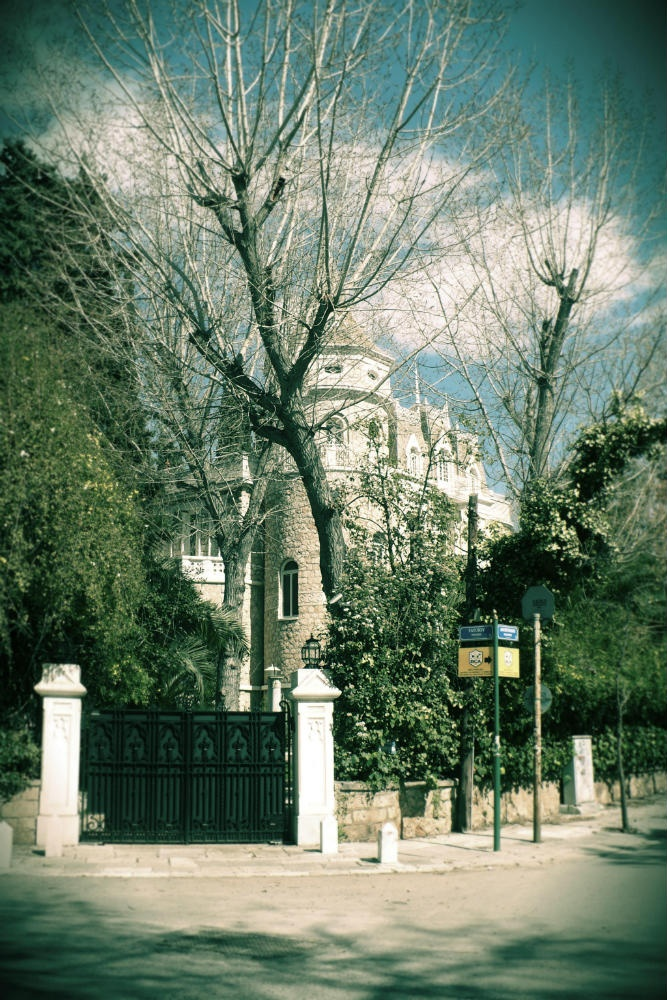 In the corner of Tatoiou and Diligianni St., amidst a large estate, stands an imposing manor house like something out of a fairy tale. (Walking Athens / Route 19, Kifissia)
