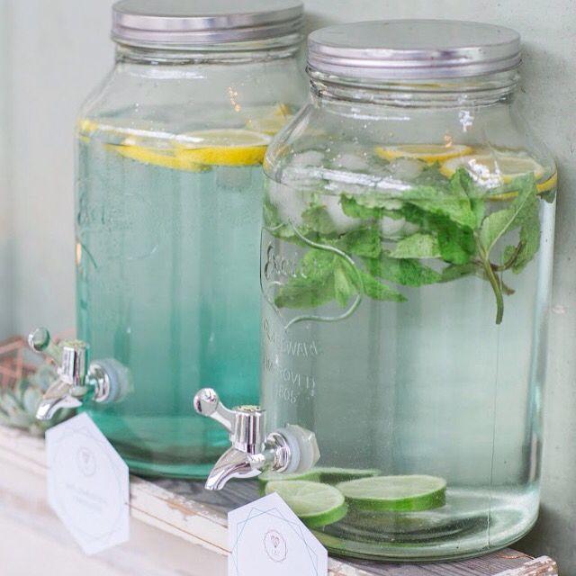 Da geht ordentlich was rein... Ob Wasser mit Früchten oder leckerer Minze, unsere Wasserspender sehen nicht nur schön aus sondern sorgen auch für eiskalte Erfrischung