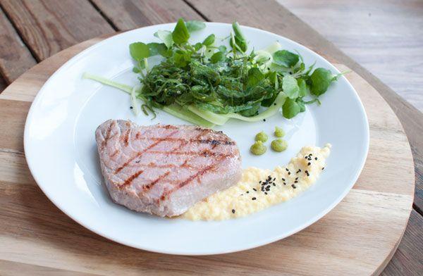 Tonijnsteak met mangosaus en groene salade; een verfijnd gerecht voor visliefhebbers. Lekker om de tonijnsteak te grillen op de barbecue.